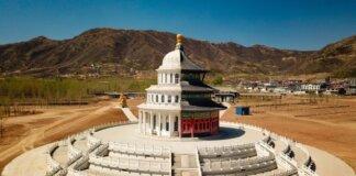 Timur bertemu barat di gedung 'hibrida' di taman hiburan yang belum selesai di Shijiazhuang, Hebei. (Foto: REX/Shutterstock via Guardian)