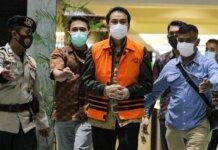 Wakil Ketua DPR Azis Syamsuddin ditahan usai diperiksa di Gedung Merah Putih KPK, Kuningan, Jakarta, Sabtu (25/9/2021). Ia menjadi tersangka dugaan kasus suap dana alokasi khusus (DAK) di Lampung Tengah.(KOMPAS.com)