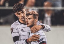 Kai Havertz memeluk Timo Werner usai mencetak gol keempat Jerman pada menit ke-89 saat melawan Islandia pada kualifikasi Grup J Piala Dunia 2022. Jerman menang 4-0, tetapi Werner membuat satu kesalahan fatal dan menjadi olok-olok di dunia maya. (Foto: Twitter).