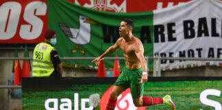 Cristiano Ronaldo melakukan selebrasi usai mencetak gol ke gawang Republik Irlandia pada laga Grup A Kualifikasi Pial Dunia 2022 di Estadio Algarve, Kamis (2/8/2021). Pada usia 36 tahun, Ronaldo masih memecahkan rekor dan sekarang menjadi top skor internasional mengalahkan Ali Daei dari Iran. (Foto: Getty via talkSPORT)