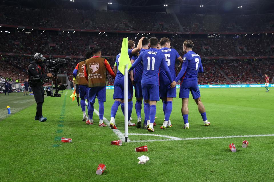 Para pemain Inggris dilempari berbagai benda saat melawan tuan rumah Hungaria di Puskas Arena, Jumat (3/9/2021) dinihari WIB. Inggris menang 4-0 atas Hungaria pada kualifikasi Grup I Piala Dunia 2022 ini. (talkSPORT)