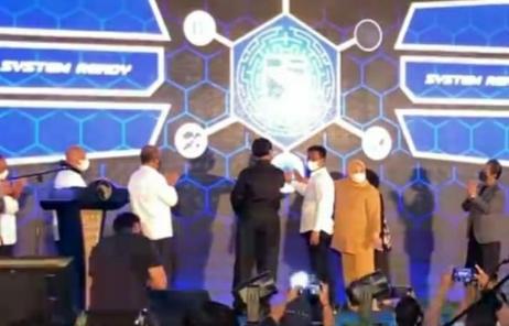 Kepala BP Batam HM Rudi dan Soerya Respationo disaksikan sejumlah pejabat dan tokoh menekan tanda Peluncuran Sistem Perizinan Terpadu di Hotel Planet Holiday, Batam, Senin (27/9/2021) malam. Foto: ist