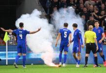Para pemain Inggris dilempari bom asap saat melawan tuan rumah Hungaria di Puskas Arena, Jumat (3/9/2021) dinihari WIB. Inggris menang 4-0 atas Hungaria pada kualifikasi Grup I Piala Dunia 2022 ini. (talkSPORT)