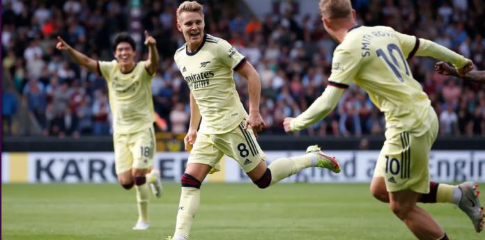 Pemain Arsenal Martin Odegaard (tengah) melakukan selebrasi usai mencetak gol melawan tuan rumah Burnley di Turf Moor pada pekan ke-5 Liga Inggris, Sabtu 18 September 2021. (REUTERS/Craig Brough via Premierleague.com)