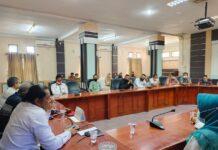 Suasana pertemuan DPRD Karimun dengan puluhan guru honor Pemkab Karimun yang meminta gaji mereka tak dipotong sebesar 40 persen. Foto Suryakepri.com/YAHYA