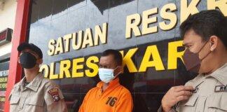 Bahari (tengah) pelaku gendam saat ditunjukkan Polres Karimun kepada wartawan. Foto Suryakepri.com/YAHYA