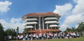 Forum Ex Pegawai Yayasan UPN Veteran Yogyakarta, Rabu mengadakan aksi demontrasi depan Kampus Universitas Pembangunan Nasional Veteran Yogyakarta beberapa waktu lalu