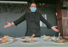 I Gede Adi Yulyawan selaku Executive Chef BWP Panbil dengan salah satu menu light snack bernuansa western