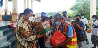 Bupati Karimun Aunur Rafiq menyalurkan sembako bantuan dari karyawan PT Saipem Indonesia Karimun Yard kepada puluhan juru parkir di Panggung Sri Kemuning, Coastal Area, Karimun, Selasa (21/9/2021). Foto Suryakepri.com/YAHYA
