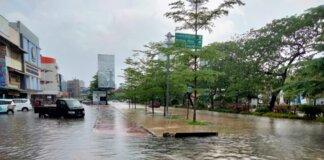 Banjir akibat hujan satu jam di Perempatan Baloi, Batam, Jumat (24/09/2021)