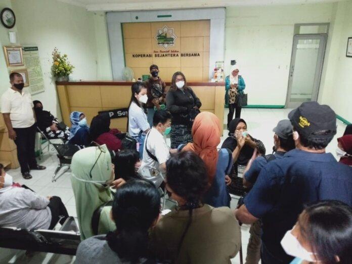 Anggota KSP Sejahtera Bersama mendatangi kantor yang berlokasi di Jalan Hayamwuruk 74 A Lempuyangan Yogyakarta. Foto: Gaga Sall