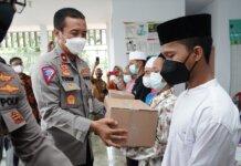 Polri mengirimkan bantuan sembako ke sejumlah pondok pesantren dan panti asuhan yang ada di kawasan Pamulang, Tangerang Selatan, Kamis (21/9/2021) . Kegiatan tersebut dilakukan dalam rangka HUT ke-66 Polantas yang jatuh pada 22 September 2020.(Humas Polri)