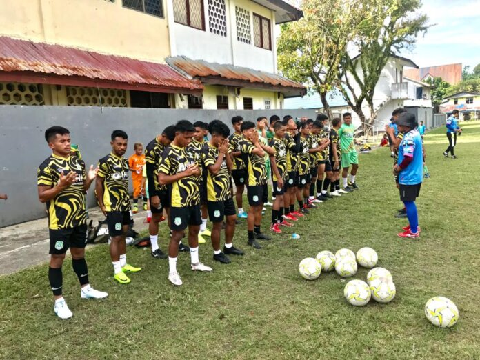 Tim Sepakbola PON Maluku Utara bersama Pelatih Rahmat Poci Rivai saat melakukan latihan (Dok.RRI)