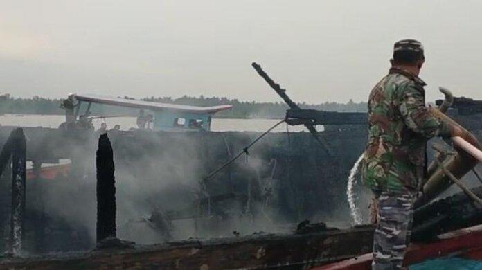 Foto: Kebakaran kapal di Asahan (dok. Lanal TBA)