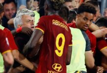 Jose Mourinho merayakan kemenangan AS Roma bersama para pemain dan fans usai Stephan El Shaarawy membobol gawang Sassuolo yang dikawal Andrea Consigli pada menit ke-91 untuk menjadikan skor 2-1. Itu adalah pertandingan ke-1000 Mourinho sebagai seorang pelatih. (Foto dari Livescore).