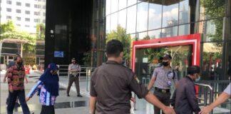 Foto rombongan tersangka penyuap bupati probolinggo tiba di kp