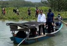 Presiden Joko Widodo harus menumpang perahu nelayan saat kunjungan kerja di Kabupaten Cilacap, Jawa Tengah