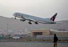 Orang Barat dari berbagai negara terbang dengan Qatar Airways sebagai bagian dari pesawat komersial internasional pertama yang berangkat dari Kabul [Wakil Kohsar/AFP via Al Jazeera]