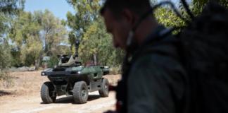 Israel Aerospace Industries milik negara pada hari Senin meluncurkan kendaraan bersenjata tak berawak canggih yang menurut spesialis mereka akan dikerahkan bersama pasukan darat untuk membantu dalam situasi pertempuran [Sebastian Scheiner/AP via Al Jazeera]