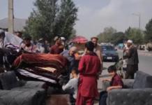 Orang-orang menjual barang-barang mereka di lingkungan Chaman-e Hozori di Kabul di tengah krisis likuiditas [Ali M Latifi/Al Jazeera]