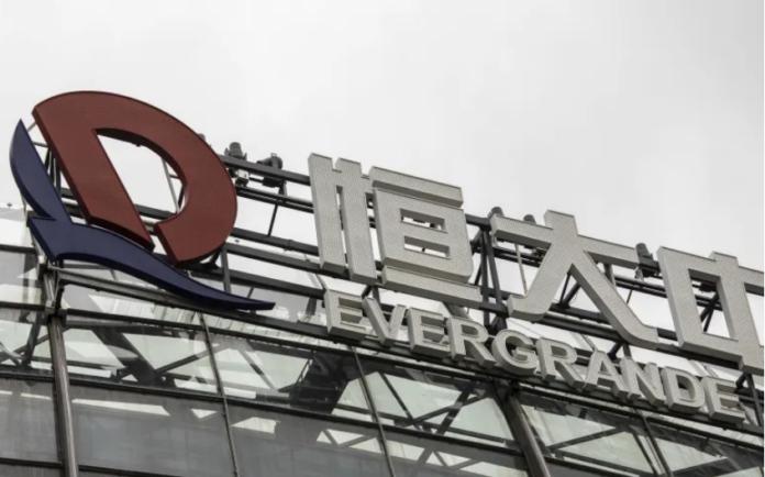 Pihak berwenang China telah mengatakan kepada pemberi pinjaman utama China Evergrande Group untuk tidak mengharapkan pembayaran bunga jatuh tempo minggu depan atas pinjaman bank, kata orang-orang yang mengetahui masalah tersebut kepada Bloomberg News, membawa pengembang yang kekurangan uang selangkah lebih dekat ke salah satu restrukturisasi utang terbesar di negara itu [File: Qilai Shen/Bloomberg]
