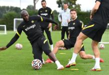 Juru gedor Chelsea, Romelu Lukaku (kiri) berlatih bersama Cesar Azpilicueta dan rekan-rekan lainnya untuk persiapan menjamu Aston Villa pada pekan keempat Liga Premier di Stamford Bridge, Sabtu (11/9/2021). (Chelseafc.com)