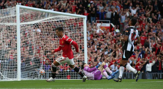 Cristiano Ronaldo saat mencetak gol ke gawang Newcastle United dalam kemenangan 4-1 pada pekan keempat Liga Premier 2021/22 di Old Trafford, Sabtu (11/9/2021). (manutd.com)