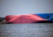 Bangkai kapal Golden Ray sebagian masih berada di lokasi di perairan lepas negara bagian Georgia, AS. (Foto: AP via Sky News)