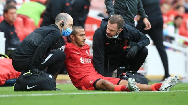 Gelandang Liverpool Thiago Alcantara mengalami cedera betis saat Liverpool mengalahkan Crystal Palace 3-0 lewat pertarungan sangat ketat di Anfield, Sabtu (18/9/2021). (Livescore)