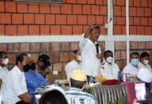 Wali Kota Batam, Muhammad Rudi bersama Wakil Wali Kota Batam, Amsakar Achmad turun langsung untuk menemui warga pemilik kios dan rumah di sepanjang jalan Batubesar