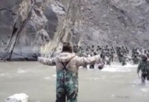 Potongan video dari kantor berita China CCTV yang dirilis AFP menunjukkan seorang tentara China merentangkan tangan, sementara serombongan balatentara India mendatanginya. China merilis video detik-detik militer dua negara terlibat adu jotos di Lembah Galwan pada Juni 2020. China mengakui empat tentaranya tewas, sementara India 20 personelnya terbunuh.(AFP VIDEO/CCTV)
