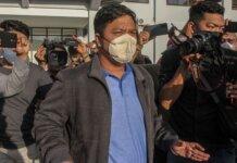 Bupati Kuantan Singingi Andi Putra meninggalkan Mapolda Riau usai menjalani pemeriksaan oleh penyidik Komisi Pemberantasan Korupsi (KPK) di Pekanbaru, Riau, Selasa (19/10/2021). ANTARA FOTO