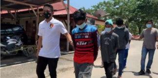 Polisi menggelandang empat pria brengsek yang menyetubuhi gadis remaja 14 tahun. di Konawe, Sulawei Tenggara.(Foto dari tvonenews.com)
