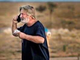 Alec Baldwin yang putus asa di tempat parkir di luar kantor sheriff county Santa Fe. Baldwin mengatakan dia 'sepenuhnya bekerja sama dengan penyelidikan polisi untuk mengatasi bagaimana tragedi ini terjadi'. (Foto: Jim Weber/The New Mexico via Guardian)