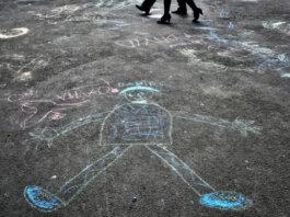 FILE - Dalam file foto Sabtu, 2 April 2011 ini, pejalan kaki berjalan melewati gambar anak-anak autis setelah sebuah acara di Bucharest, Rumania untuk menandai Hari Kesadaran Autisme Sedunia. Menurut sebuah penelitian di AS yang diterbitkan dalam New England Journal of Medicine pada Rabu, 13 Oktober 2021, anak-anak dengan autisme tidak mendapat manfaat dari terapi eksperimental menggunakan hormon oksitosin, yang dianggap dapat meningkatkan ikatan sosial. (Foto AP/Vadim Ghirda)