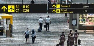 Awak pesawat Singapore Airlines berjalan di sepanjang ruang transit Bandara Changi,i Singapura pada 3 September 2021. (Foto: AFP/Roslan RAHMAN via CNA)