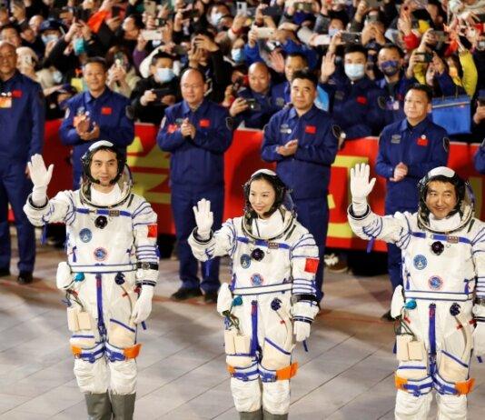 Astronot Ye Guangfu, Zhai Zhigang dan Wang Yaping melambai saat upacara sebelum peluncuran roket Long March-2F Y13, yang membawa pesawat ruang angkasa Shenzhou-13 pada Jumat malam [Carlos Garcia Rawlins/Reuters]