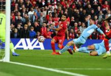 Aksi Solo Mohamed Salah diakhiri dengan tembakan ke tiang jauh untuk membobol gawang Manchester City yang dikawal Ederson Moaraes. Kedua tim berbagi satu poin dari hasil imbang 2-2 pada pekan ke-7 Liga Premier Inggris di Stadion Anfield, Minggu (3/10/2021). (Foto dari Premierleague.com)