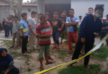 Warga Berkumpul di Rumah Korban Pembunuhan di Siak. (Foto dari tvonenews.com)