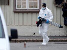 Seorang ahli forensik di lokasi serangan di Kongsberg, Norwegia tenggara. (Foto: Terje Bendiksby/NTB/AFP/Getty)