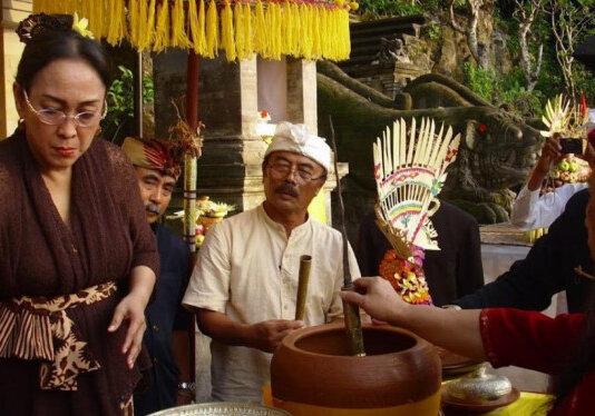Sukmawati Soekarnoputri sedang menjalani ritual agama Hindu. Putri Bung Karno ini segera menjalani prosesi pindah agama ke Hindu pada Selasa 26 Oktober 2021 mendatang. (Foto: Istimewa/tvonenews.com)