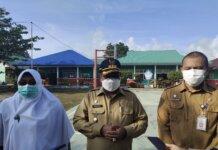Bupati Karimun Aunur Rafiq memberikan keterangan pers usai meninjau penerapan prokes di SMPN 1 Kecamatan Tebing, Senin (4/10/2021). Foto Suryakepri.com/YAHYA