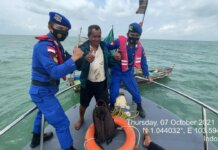Yaspandi, nelayan Karimun saat dievakuasi Tim SAR Satpolairud Polres Karimun dan Ditpolairud Polda Kepri dari perairan Batam, Kamis (7/10/2021). Foto Suryakepri.com/IST