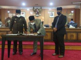 Ketua DPRD Karimun Muhammad Yusuf Sirat meneken nota rapat paripurna tentang Pembentukan Dua OPD baru di Pemkab Karimun. Foto Suryakepri.com/YAHYA