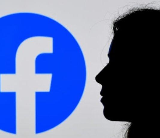 Dalam ilustrasi foto file 17 Agustus 2021 ini, seseorang memandangi logo Aplikasi Facebook yang ditampilkan di latar belakang di Arlington, Virginia, AS. (Foto: AFP/Olivier Douliery via CNA)
