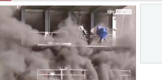 Seorang pria nyaris terbakar saat mencoba memadamkan api yang melahap gantri siaran TV di Stadion Nasional ndora jelang pertandingan kualifikasi Grup I Piala Dunia 2022 antara tuan rumah Andora vs Inggris. (Tangkapan layar Sky Sports via The Sun)
