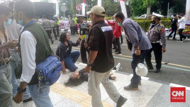 Mahasiswa yang dibanting polisi saat demo kini merasakan sakit di kepala dan leher (CNN Indonesia/Eko)