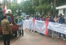 Massa MPPMS mendatangi PN Palembang, Kamis (7/10). foto: fadli sumeks.co