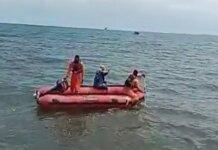 Tim SAR Maumere saat mencari nelayan bernama Martinus Lawe (60) yang hiang di perairan Perairan Desa Waesae Kecamatan Aimere, Ngada. (RRI.co.id)