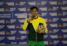 Abdul Hafiz atlet lempar lembing asal Sumut saat menerima medali emas di Mimika Sport Complex, Selasa (5/10/2021). (Foto: Humas PPM/Joseph Situmorang).